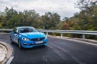 Auf dem kurvigen Alpenkurs hinterließ der Volvo S60 Polestar aber keinerlei Zweifel an seinen dynamischen Qualitäten. Das straffe Sportfahrwerk steckt kurze Fahrbahnstöße trocken weg und malträtiert die Insassen nicht über Gebühr