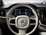 Die Volvo-Innenraumdesigner haben dafür gesorgt, dass Leder, Holz und hochwertiger Kunststoff eine gelungene Symbiose eingehen