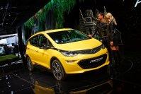 Derweil steht auf dem Opelstand mit dem Ampera-e schon ein serienreifer Stromer