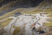 Natürlich ist der beworbene Dreiliterverbrauch des 918 angesichts langer Bergstrecken, die sich teils zwanzig Kilometer zu einer Passhöhe auf 2.400 Meter kurbeln lassen müssen, illusorisch