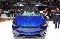 Die Flügeltüren des Tesla Model X sehen spektakulär aus