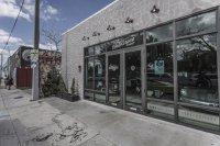 Wer durch die Glastüren des von außen eher schlichten Gebäudes aus den Sechzigern tritt, findet sich in einer Mischung aus Hard Rock-Café und Motor-Museum