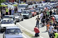 Fans und Autos füllen den Ort Reifnitz am Bodensee