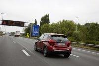 Wenn man tatsächlich die 150 Sachen ausfahren möchte, die Opel als Spitzentempo zulässt, dann schmilzt die Reichweite schneller als man schauen kann