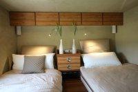 Einladend: Das Schlafzimmer mit zwei Einzelbetten