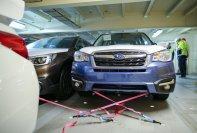 Bloß nicht verrutschen: Pkw werden mit vier pinkfarbenen Spezialseilen am Stahlboden des Car Carriers verzurrt.
