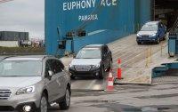 """Drei Subaru Pkw verlassen das Schiff über die Rampe. Sie fahren zum """"First Point of Entry"""" – und werden dort gewissermaßen europäische Staatsbürger."""