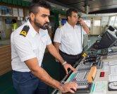 Der dritte Offizier Jaspreet Singh Salm und Kapitän Sudip Dey auf der Brücke der Euphony Ace. Moderne Technik hilft hier genauso bei der Navigation…