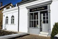 Im Auftrag des VW-Konzerns wurde vor ein paar Jahren das nahezu verfallene Häuschen im heutigen Liberec gekauft, liebevoll renovieren lassen und zu einem Kleinod im Porsche-Kosmos herausgeputzt