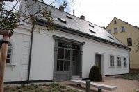 Von außen sieht das weiße Häuschen mit dem spitzen Giebel und dem penibel gerechten Kiesweg im Vorgarten fast so aus wie damals, als Porsches Eltern Anton und Anna hier ihre Spenglerei hatten