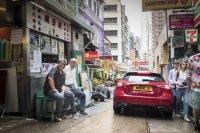 Ungewöhnliches Bild: Daimler-Chef Dieter Zetsche mit Start-up-Guru Guy Kawasaki auf einer Bank vor einem Schnellimbiss in Hongkong