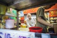 An die Erkundung neuer Territorien und an ungewöhnliche Locations musste sich Zetsche in den letzten Jahren gewöhnen – inklusive des Hongkonger Schnellimbiss