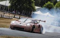 """Le-Mans-Klassensieger 911 RSR in rosa, respektvoll mit historischem Vorbild """"die Sau"""" genannt, auf der Strecke"""