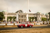 In Goodwood fahren die spektakulären Oldtimer durch den Vorgarten von Goodwood House, wie hier der Alfa Romeo Giulia 1750 GTAm von 1970