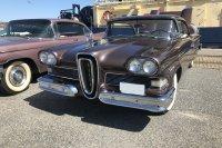 Es war die großzügige Panoramaverglasung, mit der die Amerikaner die Lebenslust der frühen Nachkriegszeit in automobile Formen fassten und einen globalen Designtrend auslösten, wie hier bei Ford Edsel (rechts) und Cadillac Series 62