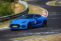 Im Jaguar F-Type SVR kosten 1,5 Tage Training mit Instruktor in der Kleingruppe 2.450 Euro