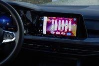 Während sich iPhone und Android-Handy zügig anschließen lassen, erfordert die Auswahl der passenden digitalen Anzeigen im Cockpit ein wenig mehr Beschäftigung mit den Möglichkeiten als wir grundsätzlich aufbringen wollen