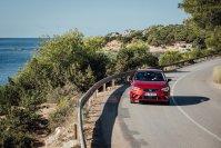 Der Seat Ibiza liegt satt auf der Straße