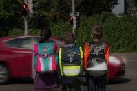 Eltern sollten dafür sorgen, dass ihre Kinder in der Dunkelheit gut sichtbar sind - zum Beispiel mit einem Ranzen der stark reflektiert, hier von Scout