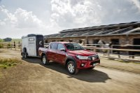 Als ebenfalls preiswerter Lastesel dient der Pick-up Toyota Hilux, bei dem immerhin vier Personen mitfahren können