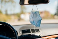 Es ist keine gute Idee, die Alltagsmaske an den Rückspiegel zu hängen