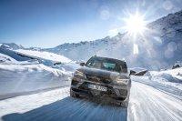 Wichtig bei Schnee: Fahren Sie defensiv und möglichst vorausschauend. Bremswege können auf glatter Fahrbahn nämlich seeeehr lang werden
