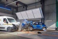 Beim Crash mit einem Transporter ist das Verletzungsrisik für Insassen eines Pkw grundsätzlich höher. Deshalb fordert der ADAC ein Aufrüsten der Transporter mit Assistenzsystemen, die Crashs verhindern oder deren Folgen mildern
