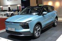 Ungewöhnlich ist auch das Vertriebskonzept des chinesischen Herstellers Aiways: Das elektrische Mittelklasse-SUV U5 (150 kW/204 PS) kann beim Elektronikhändler Euronics Probe gefahren und nach Auslieferung abgeholt werden