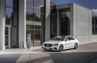 2021 könnten tatsächlich die ersten Serienfahrzeuge offiziell hochautomatisiert auf deutschen Straßen fahren. Erstes Auto mit Selbstfahr-Erlaubnis dürfte die Mercedes S-Klasse sein