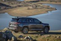Zunachst kommt der Jeep Grand Cherokee in einer Langversion mit drei Sitzreihen für den amerikanischen Markt
