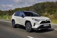 Der Toyota RAV4 verfügt als Plug-in-Hybrid eine rein elektrische Reichweite von 75 Kilometern, während die meisten Plug-ins nur die für eine Förderung vorgeschriebenen 50 Kilometer gerade so erfüllen