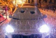 Autofahrer sollten ihre Fahrzeuge immer sorgfältig von Eis und Schnee befreien - sonst droht Ungemach