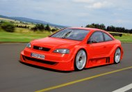 Schon 2001 gab die Supersportwagen-Studie Astra Coupé OPC X-Treme mit Flügeltüren und V8-Power als bis heute schnellster straßentauglicher Opel eine Kostprobe von den scharfen Delikatessen, die das OPC-Team fortan bereithalten sollte