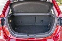 Der Kofferraum des Mazda2 ist eher klein und mit seiner hohen Ladekante zudem wenig ergonomisch
