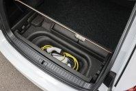 Praktisch: Die Ladekabel für den Octavia iV finden unter dem Kofferraumboden Platz